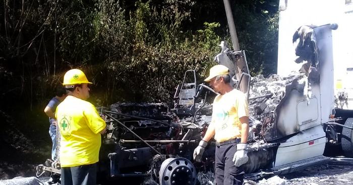 Cabezal destruido tras incendiarse por una falla mecánica en carretera de San Miguel