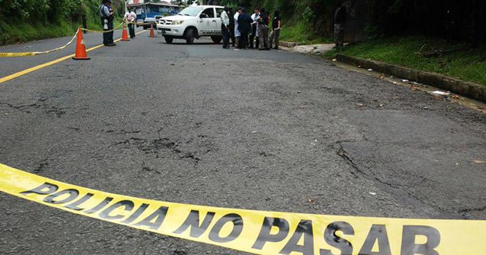 Encuentran cadáver envuelto en sábanas en carretera de Sonsonate