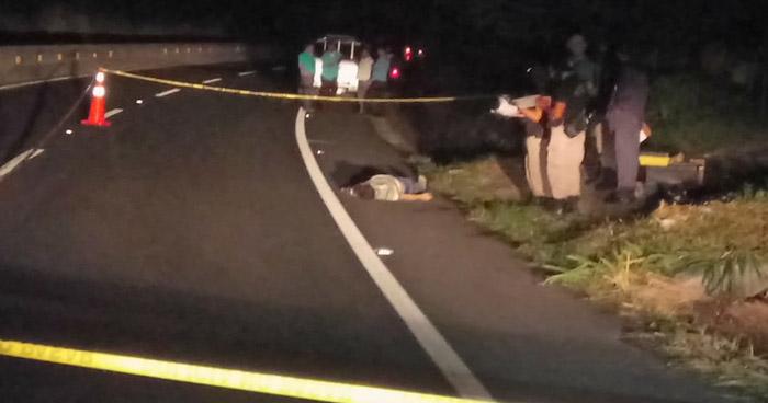 Encuentran cadáver envuelto en sábanas cerca de una universidad de Soyapango