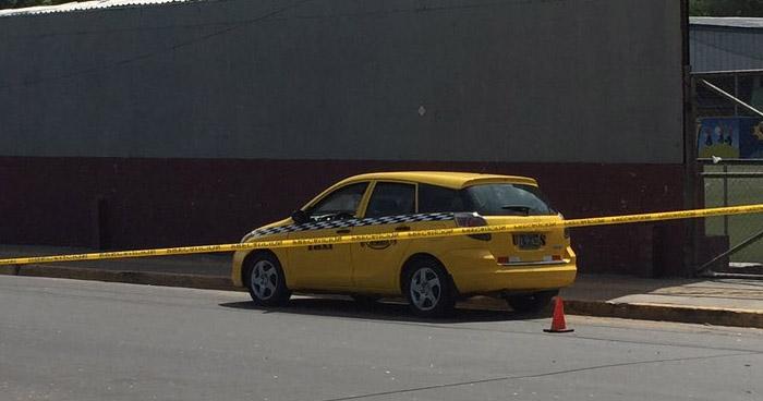 Muere a hombre al interior de un taxi cerca de la Terminal del Sur