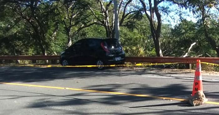 Hallan cadáver de un hombre al interior de un vehículo en carretera antigua a Zacatecoluca