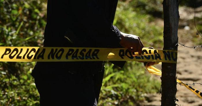 Hallan dos cadáveres enterrados en un predio baldío de Mejicanos