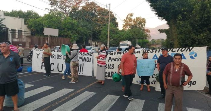 Cierran calle Agua Caliente en Soyapango, por falta de agua