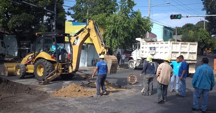 Calle 5 de Noviembre cerrada por reparaciones en cárcava