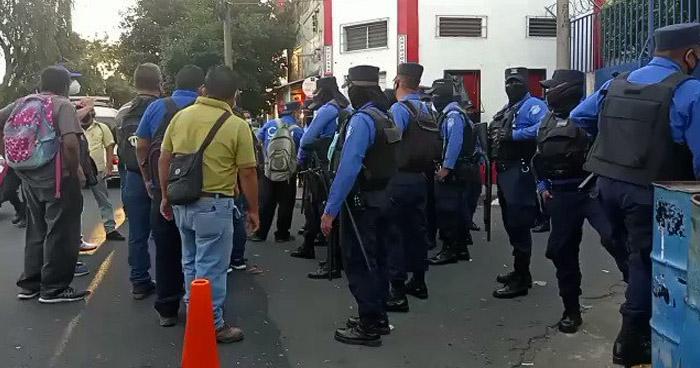 Tensión durante protesta contra la alcaldía de San Salvador por despidos e impago de prestaciones