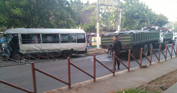 Al menos 8 lesionados deja accidente entre microbus de la ruta 109 y camión arenero en Nejapa