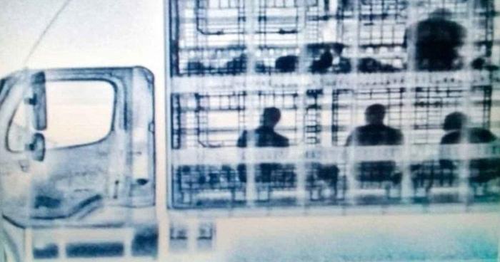 Descubren con escáner de rayos X a migrantes centroamericanos al interior un camión en México