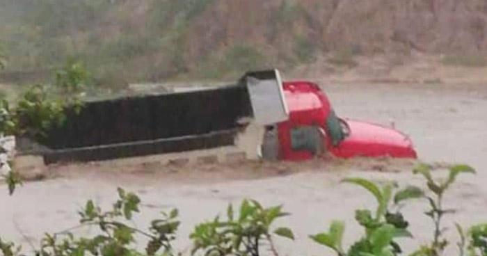 Lluvias dejan calles inundadas y ríos desbordados en diferentes puntos del país