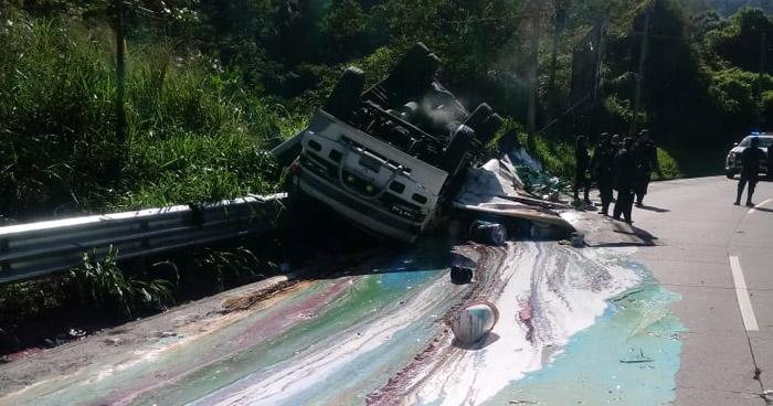 Tres lesionados tras vuelco de camión en carretera Los Chorros