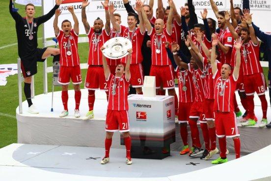 Bayern Múnich celebra su título de Liga con la despedida de Lahm y Xabi Alonso del fútbol