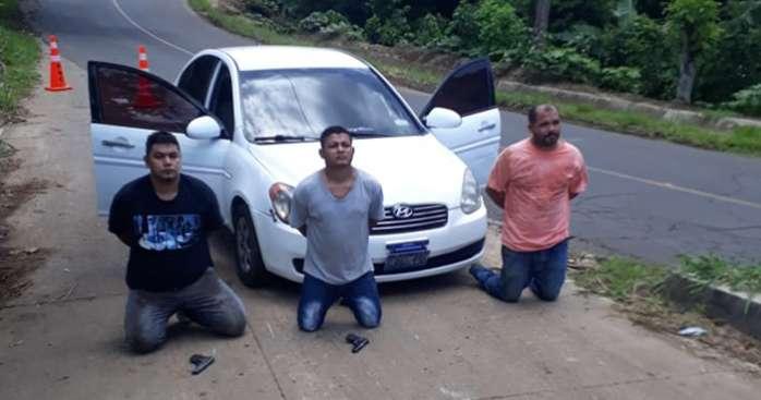 Capturan a 3 sujetos tras robar 7500 dolares a persona cuando salia de un banco en Santa Ana
