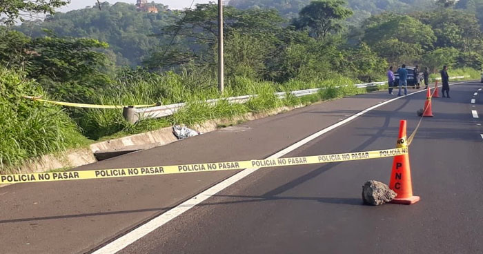 Abandonan cadáver de una mujer sobre la carretera de Oro