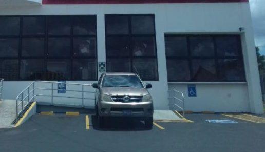 Filtran vídeo de una mujer haciendo compras en vehículo de la CSJ