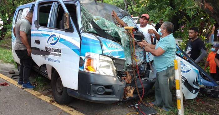 Cuatro lesionados en fuerte choque sobre carretera Comalapa