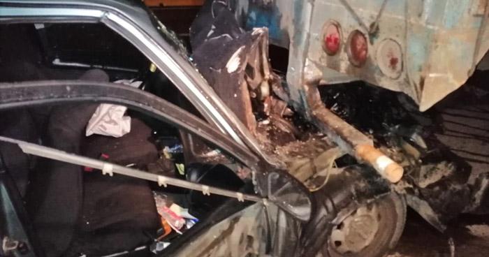 Conductor chocó contra una rastra y esta lo arrastró por 25 metros en Bulevar Monseñor Romero