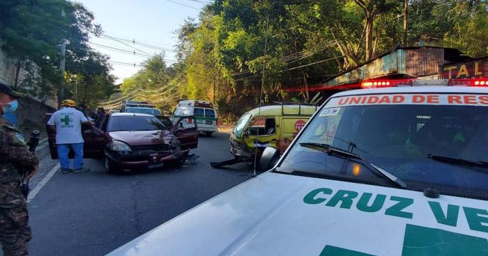 Cinco lesionados tras fuerte choque en calle Agua Caliente, Soyapango
