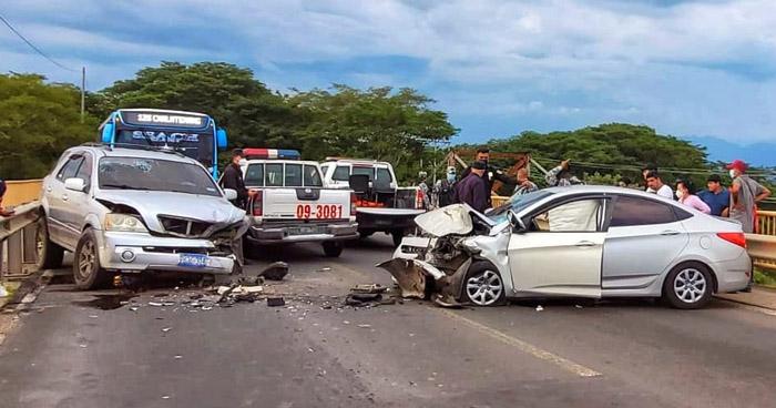 Dos lesionados tras fuerte choque en carretera Troncal del Norte, Chalatenango
