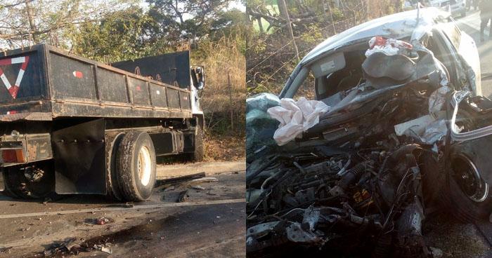 Conductor queda atrapado en su vehículo por sobrepasar en sentido contrario y chocar