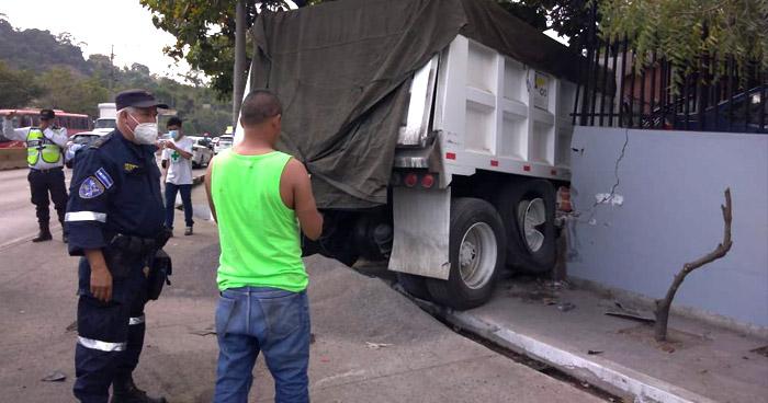 Conductor ebrio choca camión de volteo contra una vivienda en Colón, La Libertad