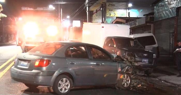 Mujer ebria provoca choque en Bulevar Chiltiupan, Ciudad Merliot