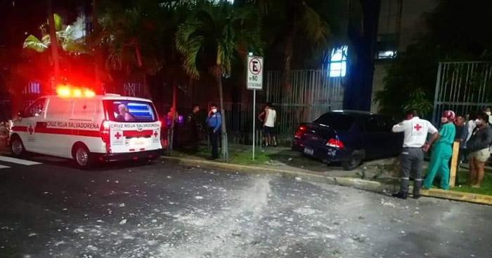 Mujer lesionada tras chocar su vehículo contra un costado del Hospital Bloom