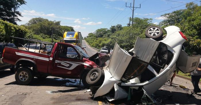 Aparatoso choque deja 2 heridos graves y 2 fallecidos en carretera de Usulután