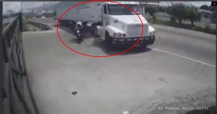 Motociclista choca contra un rastra por rebasar en carril auxiliar derecho en carretera de Oro