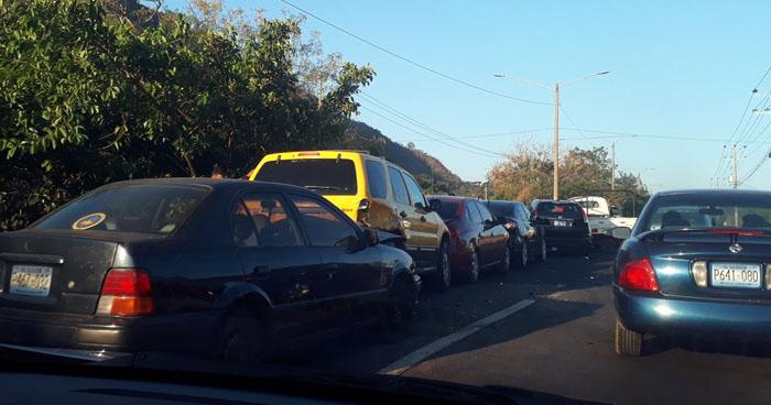 Al menos 8 vehículos chocaron en carretera Comalapa