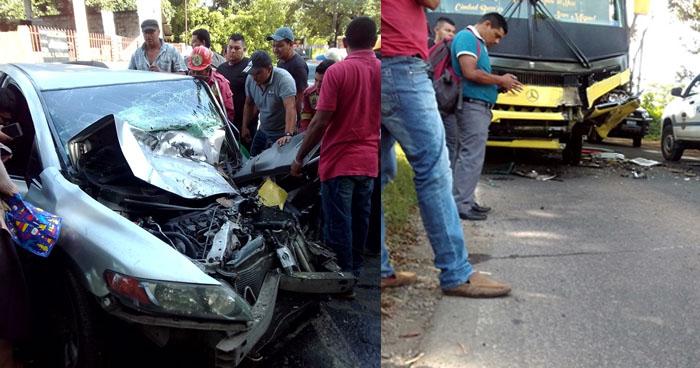 Conductora atrapada en su vehículo tras chocar con un autobús en San Miguel