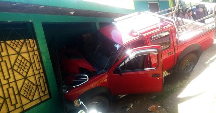 Dos lesionados tras choque de pick up contra una vivienda en Cabañas