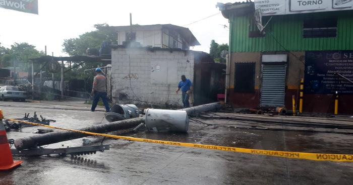 Conductor derribó postes del tendido eléctrico y abandonó la camioneta en Antiguo Cuscatlán