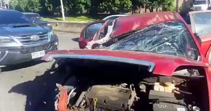 Conductora lesionada tras fuerte choque en carretera al Puerto de La Libertad