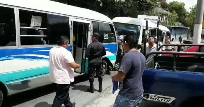 Motoristas Ruta 4 chocan por disputar vía y dejan a varios pasajeros lesionados