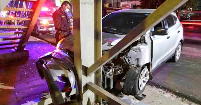 Conductora lesionada tras chocar contra una pasarela en Soyapango