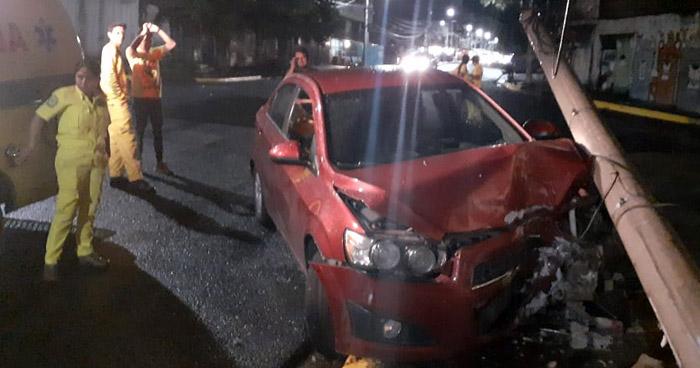 Abandona su vehículo tras chocar con un poste en Centro de San Salvador