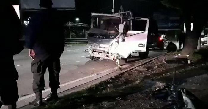 Conductor ebrio choca contra un poste en carretera Panamericana