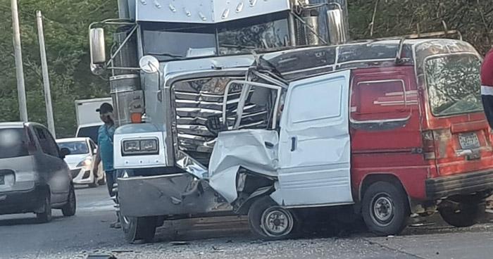 Hombre queda atrapado en su vehículo tras chocar contra una furgón en Santa Ana