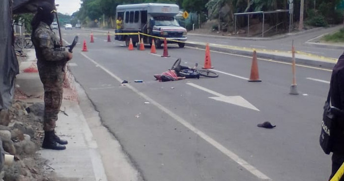 Ciclista muere al ser embestido sobre carretera Litoral, en La Paz