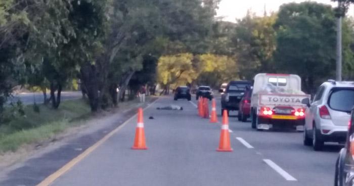 Muere ciclista al ser atropellado en autopista a Comalapa