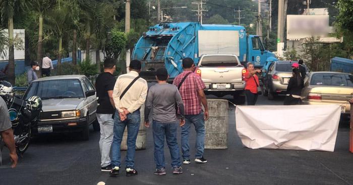 ASTRAM bloquea calle 5 de Noviembre en protesta contra Alcaldía de San Salvador