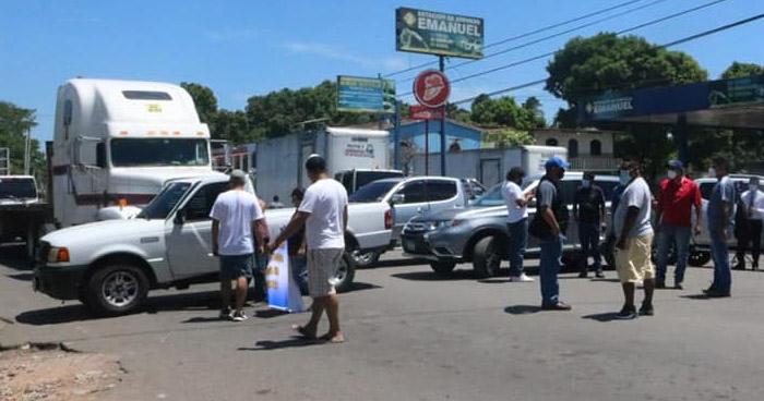 Importadores de vehículos cierran paso en Frontera La Hachadura en protesta