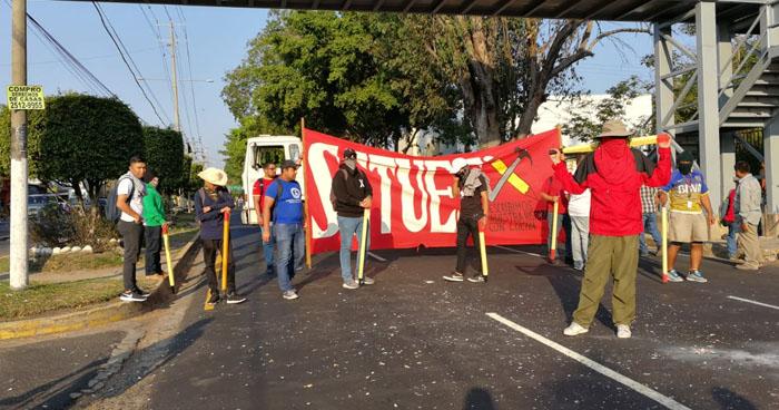 Manifestantes cierran paso frente a la UES en contra unasupuesta privatización del agua