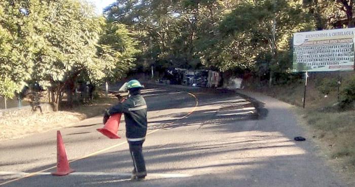 Cisterna vuelca y derrama combustible que transportaba en carretera en San Miguel