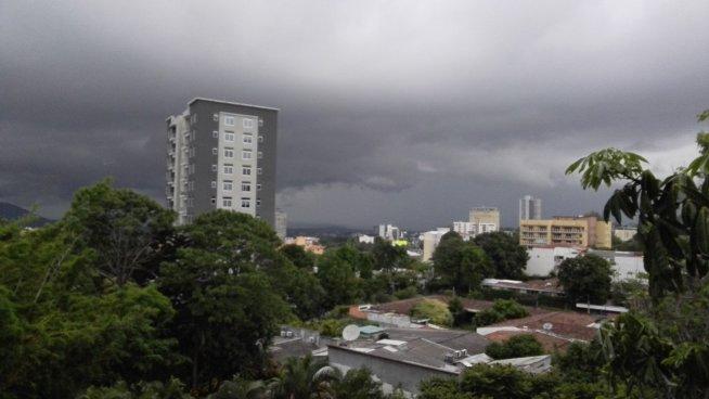 Actividad chubascosa y tormentas aisladas por Vaguada Invertida