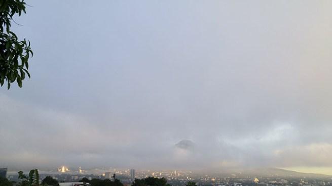 Ambiente nublado y probabilidad de lluvia en horas de la tarde con énfasis en la zona occidental del país