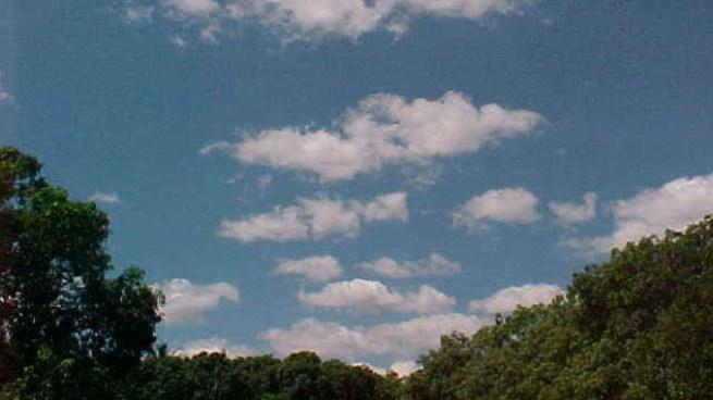 Clima ligeramente cálido durante el día y cielo mayormente despejado
