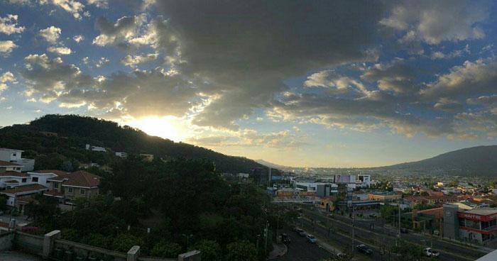 Cielo despejado y ambiente cálido durante el día, sin descartar lluvias aisladas en zonas altas del país