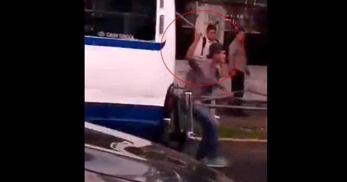Cobrador de transporte público agrede con barra de hierro a automovilista por Hospital Rosales