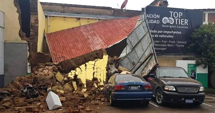 Colapsa muro de vivienda y daña varios vehículos en Santa Ana