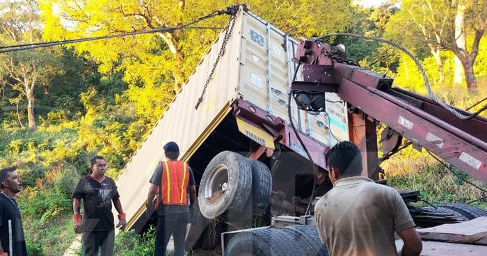 Furgón cae a un barranco en carretera a Comalapa